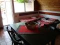 Jídelní stůl v přízemí a vzadu dvě stohovatelné postele