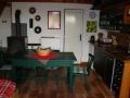Obývací kuchyně, krbová kamna a vchod do koupleny