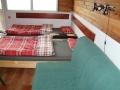 Obývací kuchyně a rozložené stohovací postele a pohovka